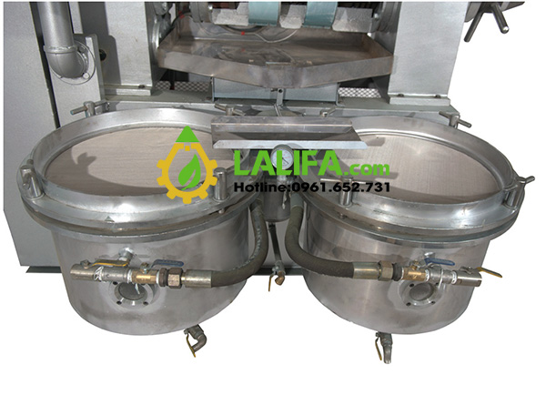Bộ lọc được gắn liền với thân máy, giúp dầu ép ra được lọc luôn sẽ trong ngay