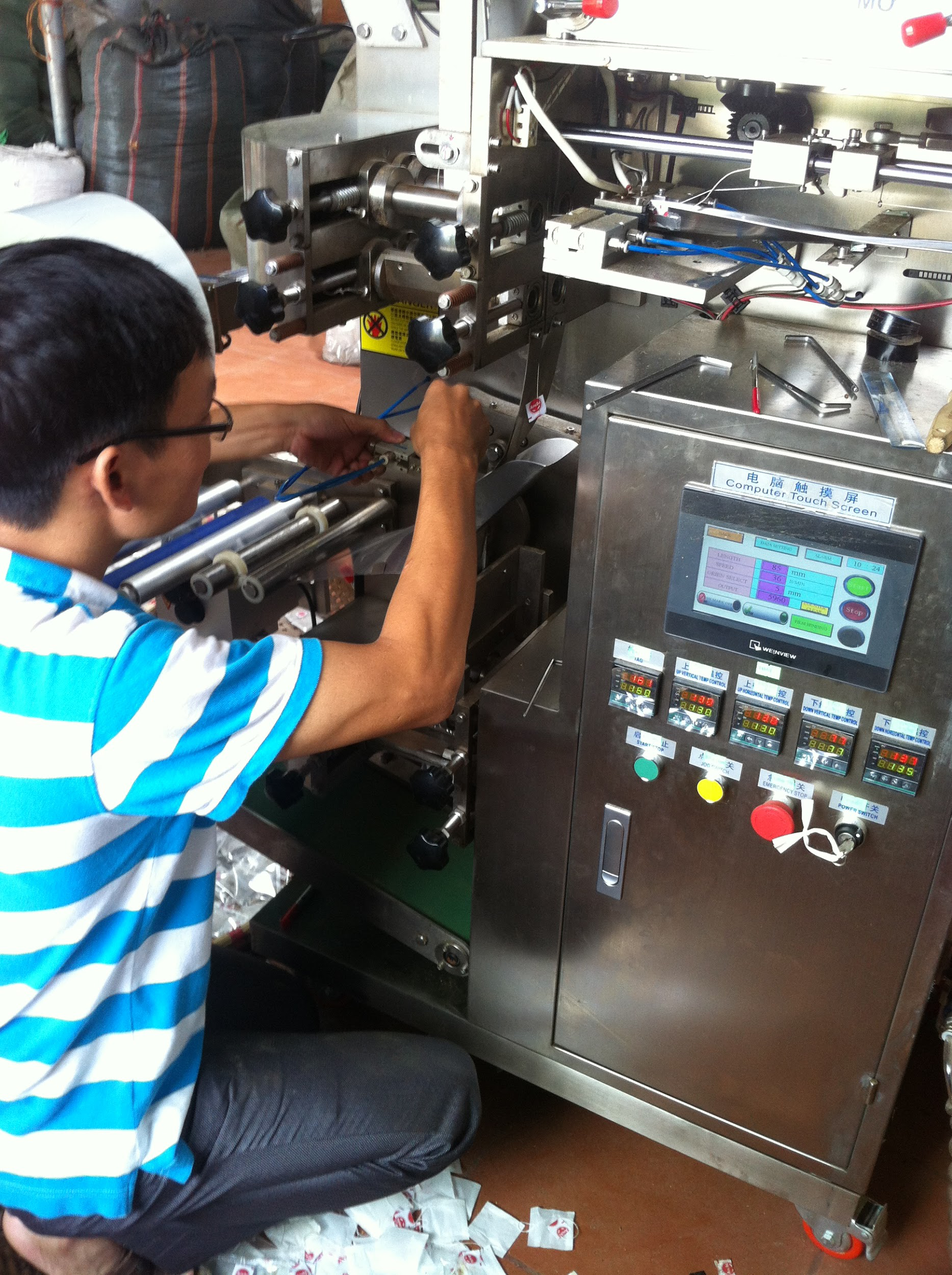 Khi mua máy đóng gói trà túi lọc mini cần phải kiểm tra thật kỹ độ mới của máy